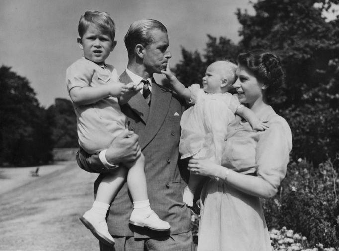 Первенец пары Чарльз родился 14 ноября 1948 года, а 15 августа 1950-го на свет появилась дочь, принцесса Анна. На фото принцесса Елизавета и ее супруг принц Филипп Маунтбеттен с детьми в 1951 году.