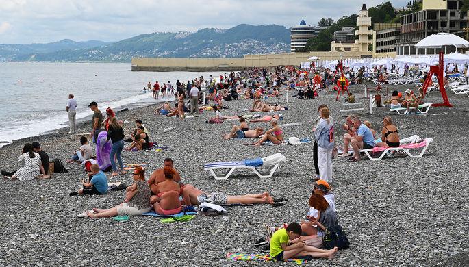 Отдыхающие на пляже в Сочи, июнь 2021 года