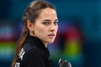 Анастасия Брызгалова во время матча против сборной команды Норвегии на соревнованиях по керлингу среди смешанных команд на XXIII зимних Олимпийских играх, 8 февраля 2018 года