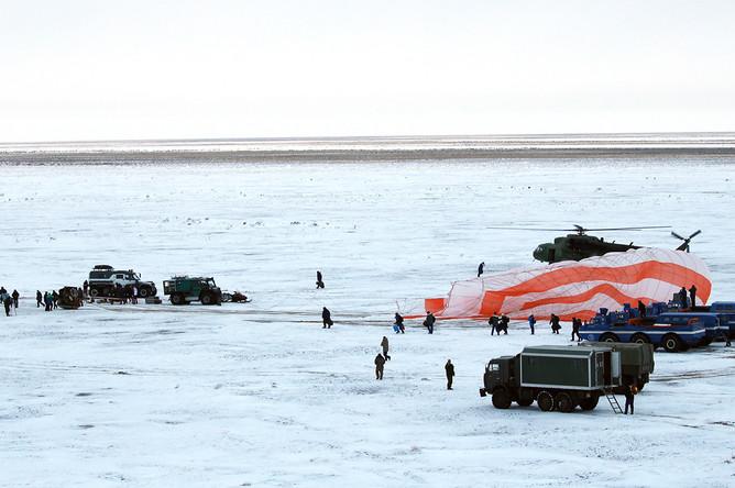 Специалисты поисково-спасательных сил на месте посадки спускаемой капсулы транспортного космического корабля «Союз МС-06»