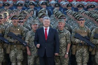 Президент Украины Петр Порошенко с военнослужащими во время репетиции военного парада в честь Дня независимости в центре Киева, 22 августа 2018 года