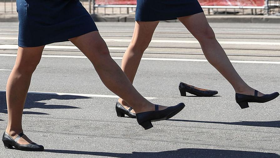«Проявила выдержку»: потерявшую туфлю участницу парада поощрят