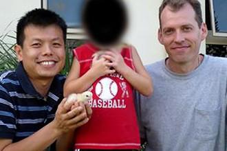 Марк Ньютон и Питер Труин усыновили мальчика, которого за $8 тысяч выносила суррогатная мать из России