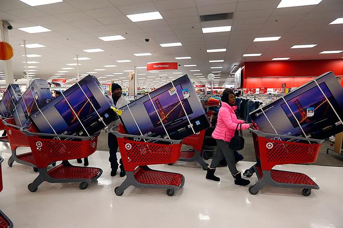 Покупатели во время распродаж в одном из магазинов Чикаго, штат Иллинойс