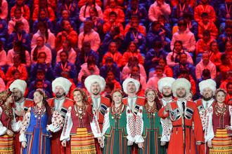 Артисты Кубанского казачьего хора выступают перед началом церемонии закрытия XXII зимних Олимпийских игр в Сочи