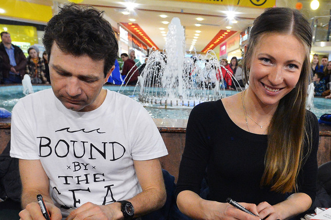 Биатлонисты Уле-Эйнар Бьорндален (Норвегия) и Дарья Домрачева (Белоруссия) во время автограф-сессии в рамках Гонки чемпионов – 2015 в Тюмени
