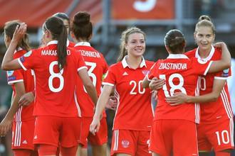 Женская сборная России празднует победу в первом туре чемпионата Европы против фаворита встречи — итальянок