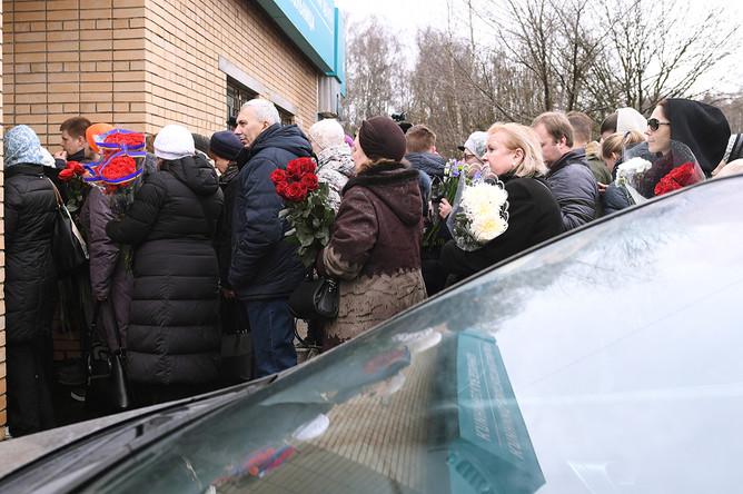 Люди у клиники «Медси» в Московской области, пришедшие проститься с сатириком Михаилом Задорновым
