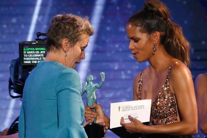 Актриса Фрэнсис Макдорманд получает награду из рук актрисы Хэлли Берри