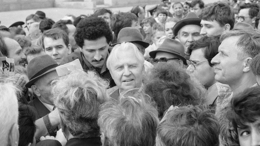Егор Лигачев в кругу почитателей во время митинга прокоммунистических движений на Красной площади, 1992 год