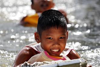 Дети играют на затопленных улицах Бангкока