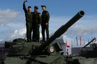 Военнослужащие фотографируются на фоне образцов военной техники в открытой экспозиции на Международном военно-техническом форуме «Армия-2016»