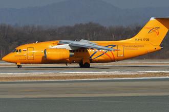 Самолет Ан-148-100В авиакомпании «Саратовские авиалинии» в аэропорту Владивостока, февраль 2018 года