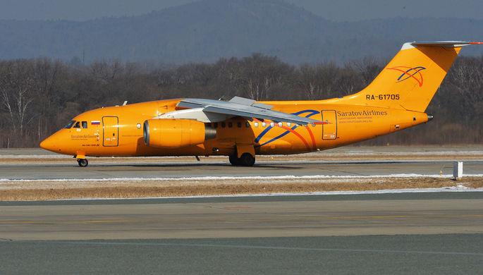 Самолет Ан-148-100В авиакомпании «Саратовские авиалинии» в аэропорту Владивостока...