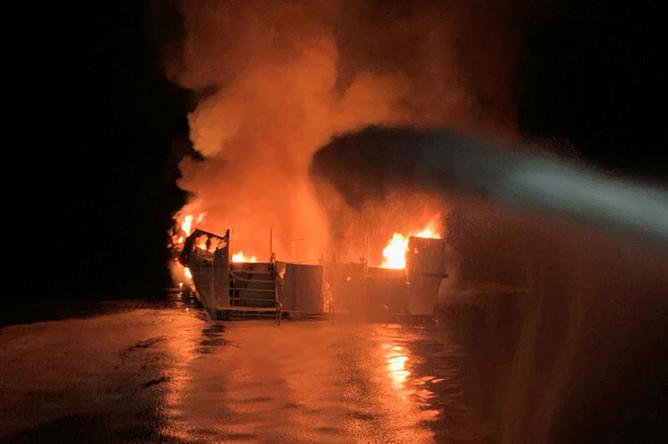 Тушение пожара на корабле у берегов Калифорнии, 2 сентября 2019 года