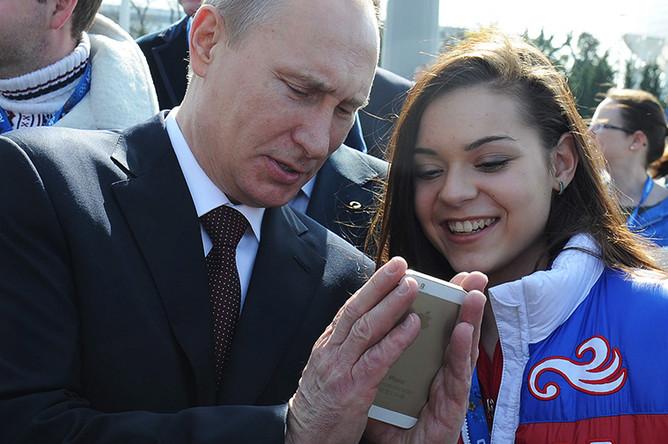 Владимир Путин и Аделина Сотникова после церемонии закладки аллеи Победителей в Олимпийском парке XXII зимних Олимпийских игр