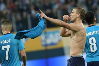 Игрок «Зенита» Александр Кокорин радуется забитому мячу во втором матче раунда плей-офф Лиги Европы