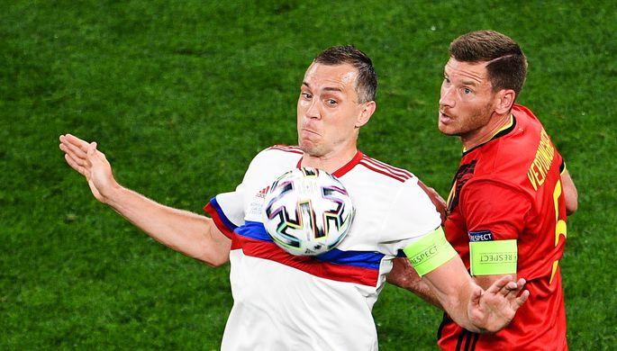 Игрок сборной России Артем Дзюба и защитник команды Бельгии Ян Вертонген