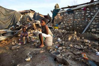 Женщина с ребенком в своем разрушенном доме. Жереми, Гаити