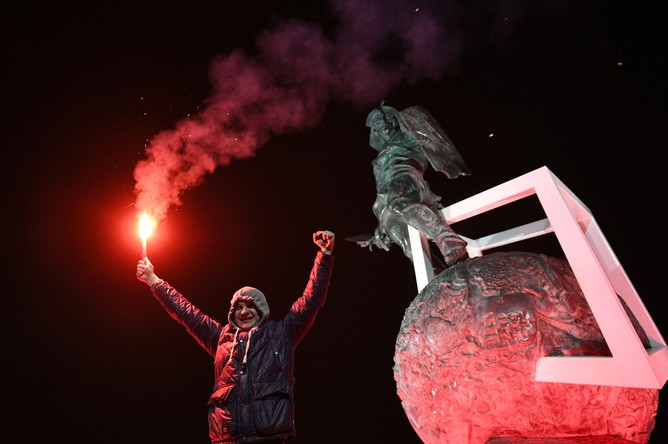 Болельщик красно-белых празднует досрочную победу «Спартака» в чемпионате России у стадиона «Открытие Арена» в Москве