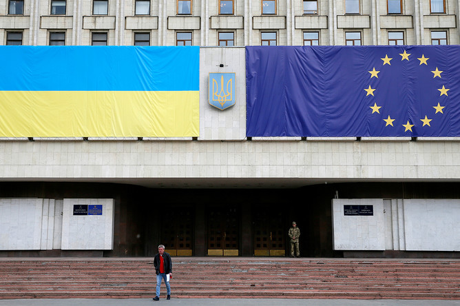 Флаги ЕС и Украины на здании Киевской областной госадминистрации, май 2017 года