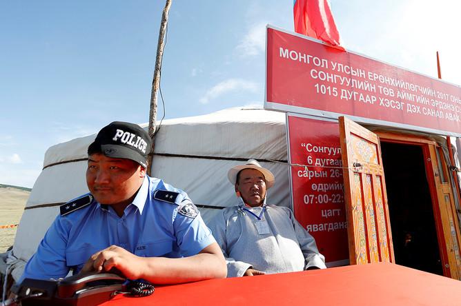 У избирательного участка в Монголии