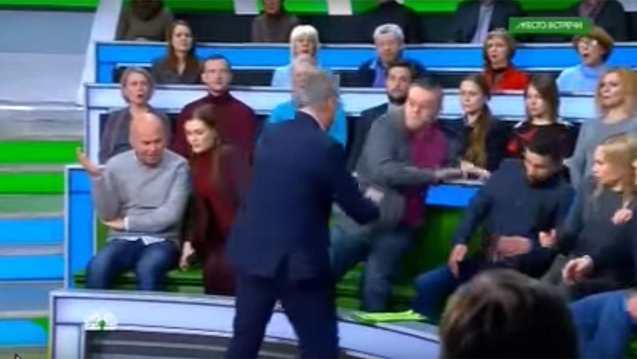 Драка между украинским политологом Дмитрием Суворовым и российским телеведущим Андреем Норкиным в эфире программы «Место встречи»