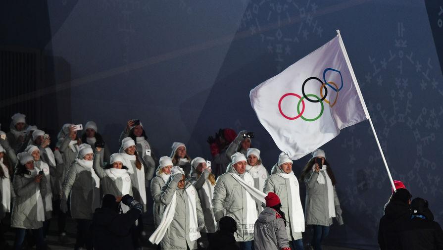 Российские спортсмены идут под олимпийским флагом во время парада атлетов на церемонии открытия XXIII зимних Олимпийских игр в Пхенчхане