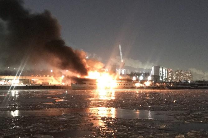 Во время пожара на судне около Южного речного порта в Москве, 1 марта 2018 года