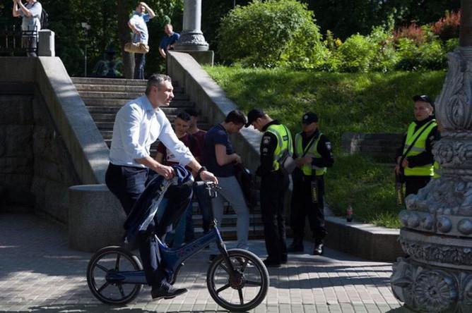 Мэр Киева Виталий Кличко приехал на велосипеде на инаугурацию Владимира Зеленского, 20 мая 2019 года