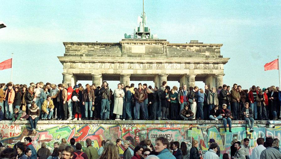 Жители Западного Берлина празднуют падание Берлинской стены, 10 ноября 1989 года