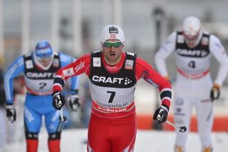 Петтер Нортуг финиширует первым впереди, в том числе, и Никиты Крюкова (на заднем плане слева)