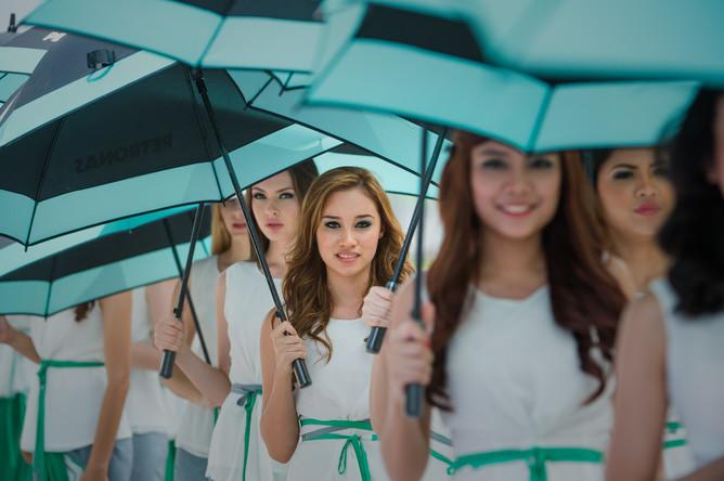 Зонтики в руках — на Гран-при Малайзии дождь