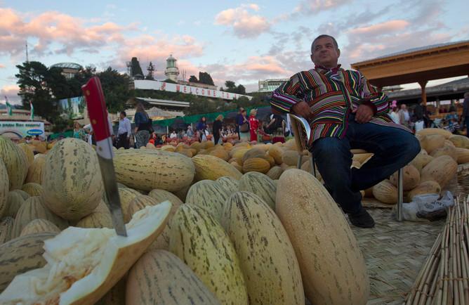 Продавец дынь на таджикском рынке в Сочи