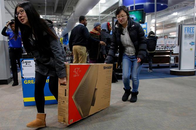 Покупатели во время распродаж в одном из магазинов Кеймбриджа, штат Массачусетс