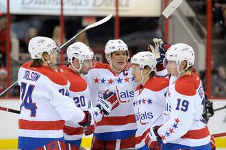Александр Овечкин (в центре) открыл счет пятой сотне голов в НХЛ