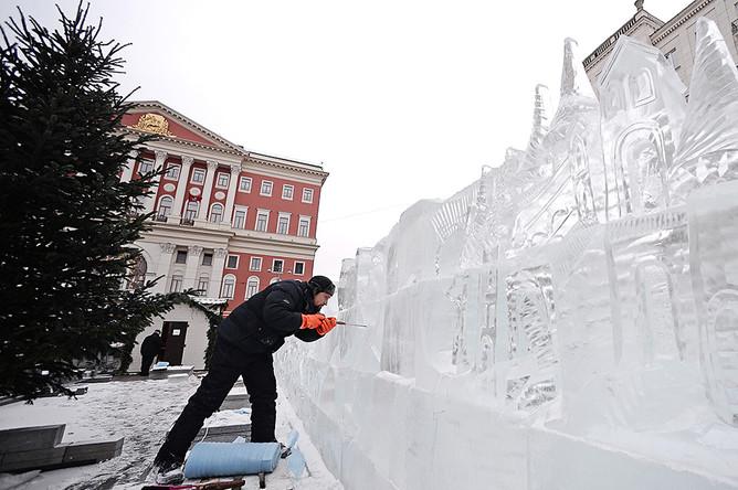 Участники фестиваля ледовых скульптур во время создания ледяного лабиринта на Тверской улице Москвы.