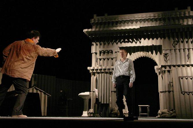 Сцена из «Калигулы» в постановке Эймунтаса Някрошюса, 2011 год