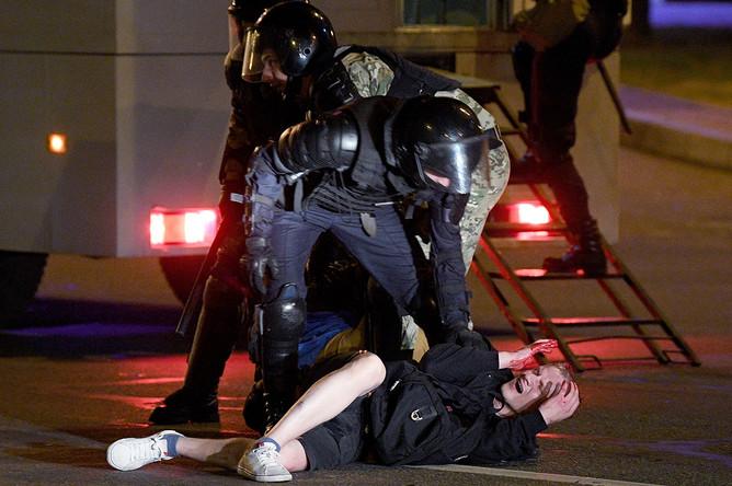 Белорусские силовики в Минске во вторую ночь акций протеста после президентских выборов, 10 августа 2020 года
