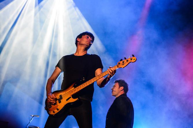 Бас-гитарист Алекс Джеймс.
