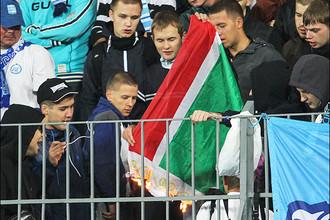 Болельщики «Зенита» во время матча с «Тереком» подожгли флаг Чеченской республики