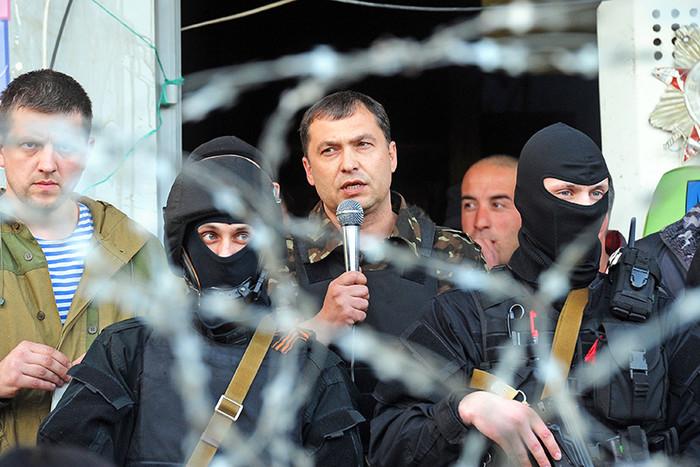 Премьер-министр Луганской народной республики Валерий Болотов (в центре) подал в отставку