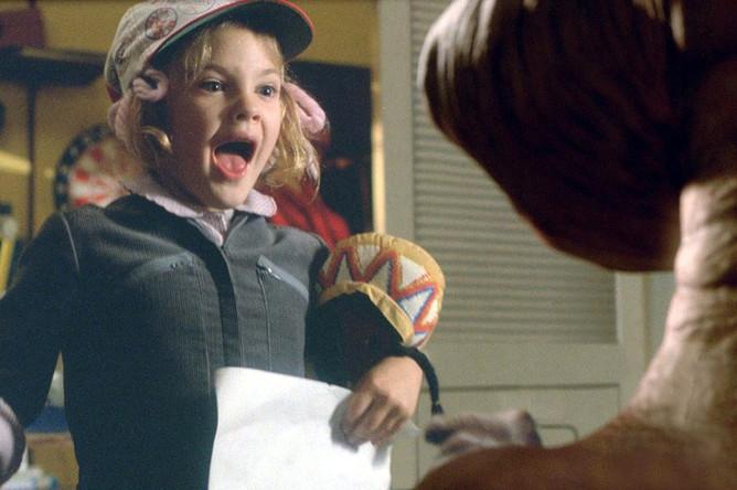 Режиссер «Инопланетянина» (1982) Стивен Спилберг был крестным отцом Дрю Бэрримор и позвал 7-летнюю крестницу в свой фильм