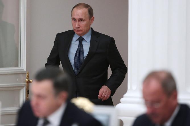 Президент России Владимир Путин во время совместного заседания Совета при президенте Российской Федерации по развитию физической культуры и спорта и организационного комитета «Россия-2018» по подготовке и проведению чемпионата мира. 8 декабря 2015 года.