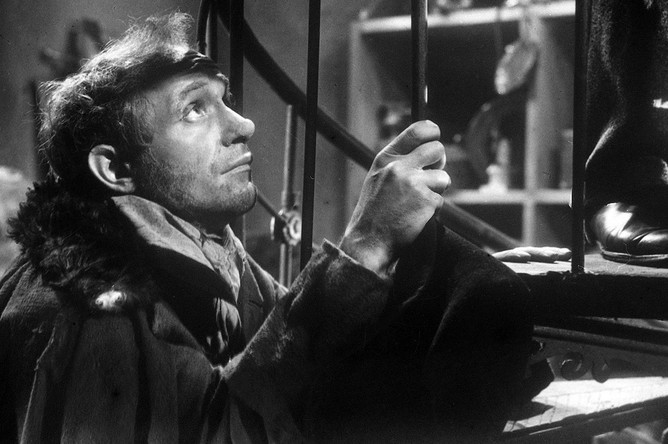 Ролан Быков в роли Акакия Акакиевича Башмачкина в кинофильме «Шинель» по одноименной повести Н.В. Гоголя, 1959 год