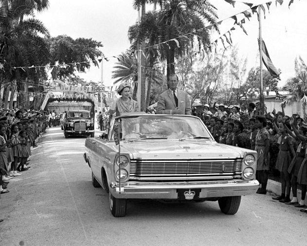 За время своего правления Елизавета II посетила 120 стран. В одной только Канаде, которой она официально правит, королева побывала 22 раза. На фото Елизавета II и герцог Эдинбургский Филипп в машине во время визита на Карибы в 1966 году.