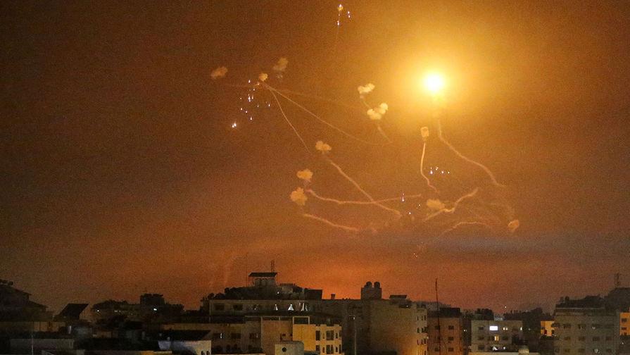 Израильская система ПРО «Железный купол» перехватывает ракеты, запущенные из сектора Газа в сторону Израиля, 12 мая 2021 года