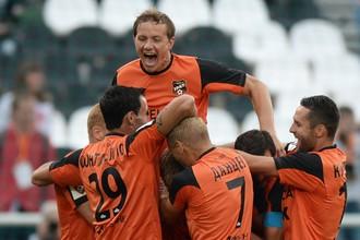 Нападающий «Урала» Роман Павлюченко отмечает с партнерами по команде забитый мяч
