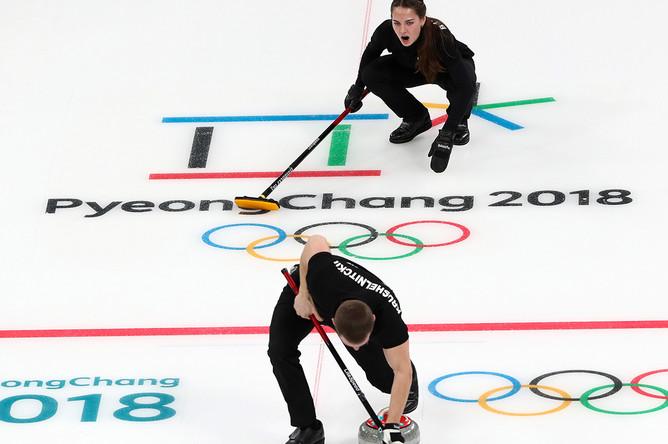 Олимпийские спортсмены из России Анастасия Брызгалова и Александр Крушельницкий во время матча против сборной команды Норвегии на соревнованиях по керлингу среди смешанных команд на XXIII зимних Олимпийских играх, 8 февраля 2018 года