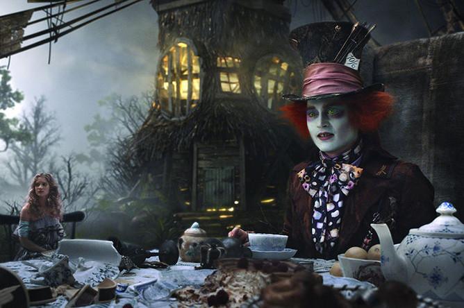 Джонни Депп и Мия Васиковска в фильме «Алиса в Стране чудес» (2010)